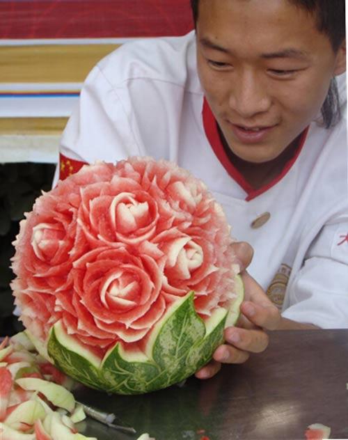 在郑州新东方烹饪学校举办的西瓜狂欢节的项目里,西瓜雕刻王的比赛在